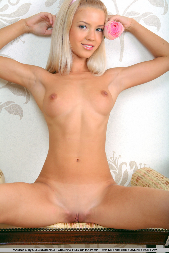 Idea petite blonde met art models